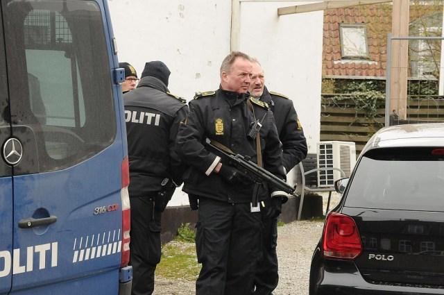 Politiet var bevæbnet med maskinpistoler, da de mandag ransagede Bandidos' klubhus i Holbæk. Foto: Alex Christensen.