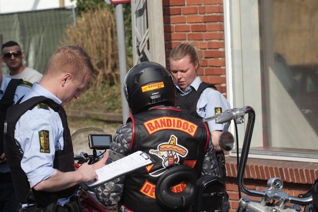Politiet kontrollerede alle der skulle til fest hos Bandidos MC i Holbæk. Foto: Rolf Larsen.