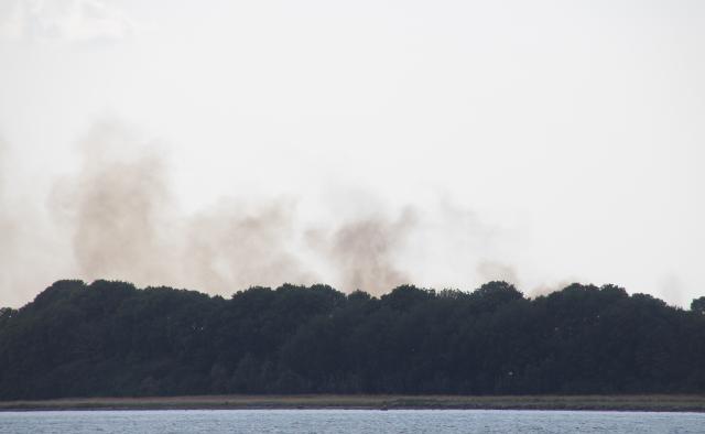 Røgen kunne ses mange kilometer væk. Her er røgen set fra Hornsherred. Foto: Rolf Larsen.
