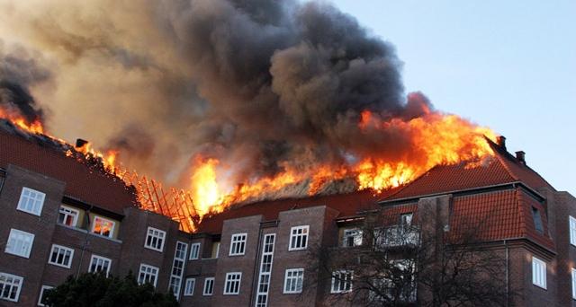 En voldsom tagbrand hærgede sidste år ejendommen Vesterparken på Valbygårdsvej. Nu kan beboerne vende tilbage. Foto: Københavns Brandvæsen.