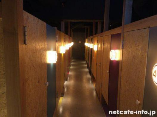 booth net cafe & capsule 8階通路