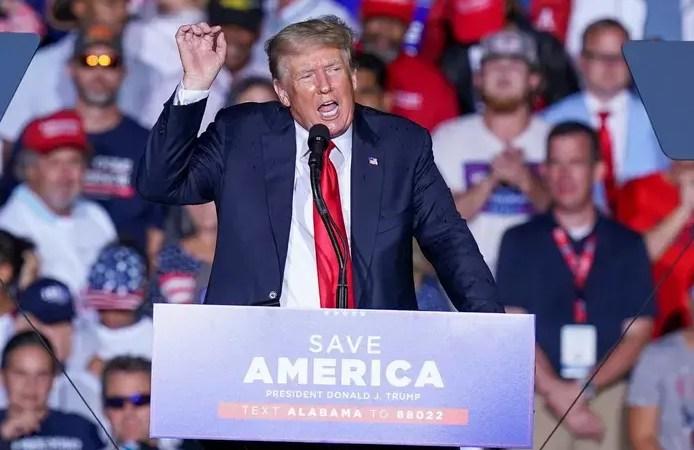 Donald Trump hué par ses supporters pour avoir recommandé le vaccin