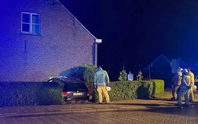 Une voiture défonce la façade d'une maison, l'habitant endormi meurt sous les décombres