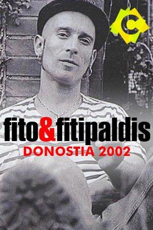 Fito & Fitipaldis - Donostia 2002. fito con camiseta a rayas y gorra negra