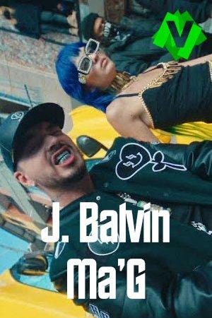 J. Balvin vestido con cazadora de cuero sobre el capo de un coche deportivo amarillo junto a una chica con el pelo azul