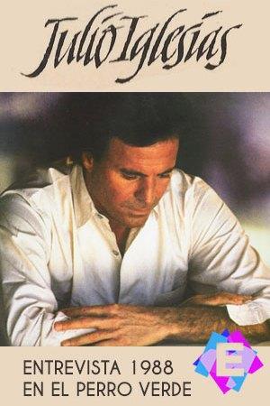 Julio Iglesias - En El Perro Verde. Julio Iglesias con camisa blanca mirando al suelo