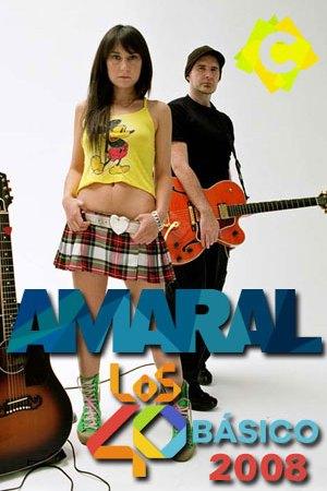Amaral - Los40 Básico. Eva amaral con mini falda de cuado y camiseta amarilla juan Aguirre vestido de negro con una guitarra