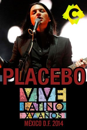 Placebo - Vive Latino Festival. Brian Molko cantando y tocando la guitarra vestido de negro
