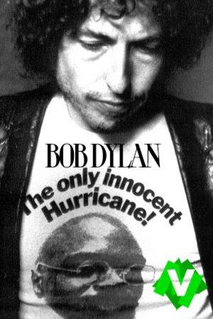 """bob dylan con una camiseta en la que se lee """"the only innocent Hurricane!"""