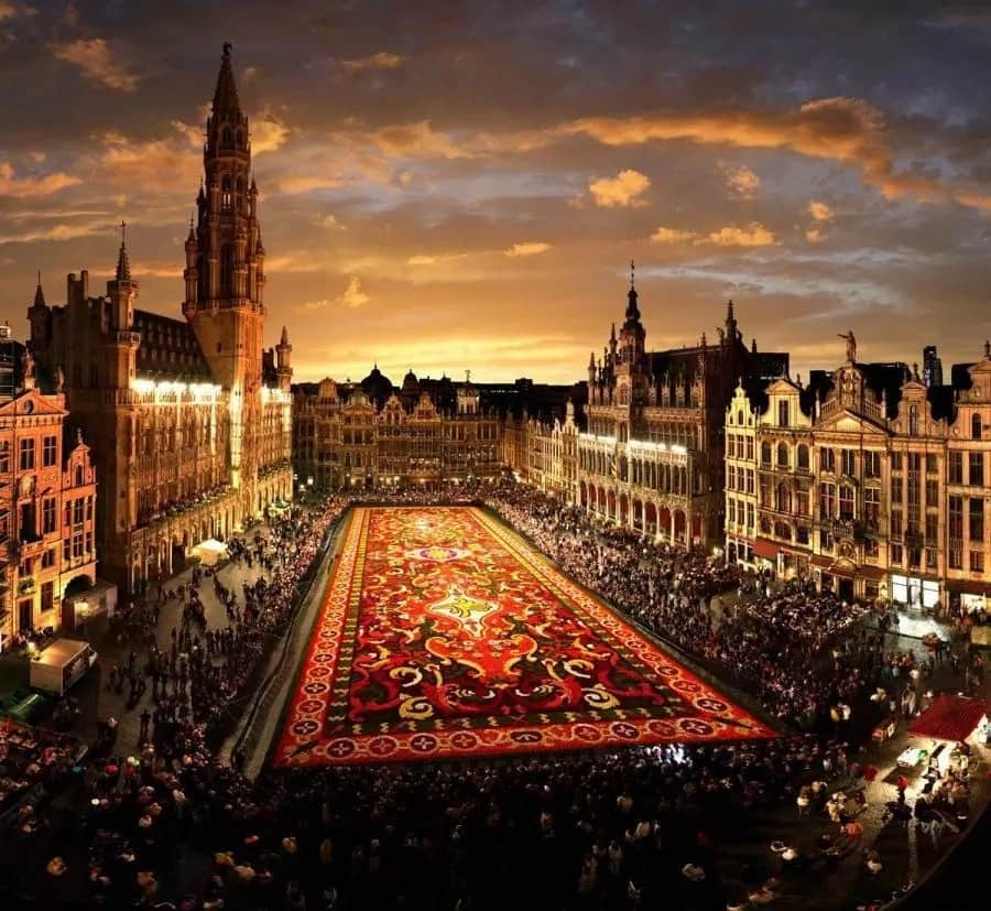 People watch a sound and light show at the Grand Place in Brussels, Belgium, July 29, 2020. A sound and light show was held at the Grand Place of Brussels to highlight Belgium's missing events in this summer due to the COVID-19 pandemic. (Xinhua/Zheng Huansong) (XINHUA)