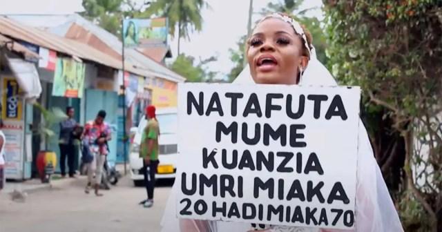 ''J'ai de l'argent'': une dame désespérée en robe de mariée cherche un mari dans la rue-(vidéo)