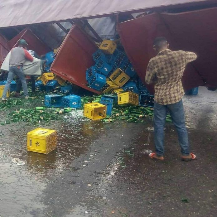 Residents enjoy free beer as truck fully loaded with alcohol gets accident (Photos)