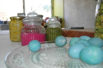 ביצים מהחצר של שולי צבועות בכחול מכרוב סגול - סביח לפורים