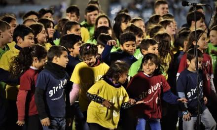 Niños y adolescentes de Giraluna le cantaron a la Celeste en el Estadio Centenario