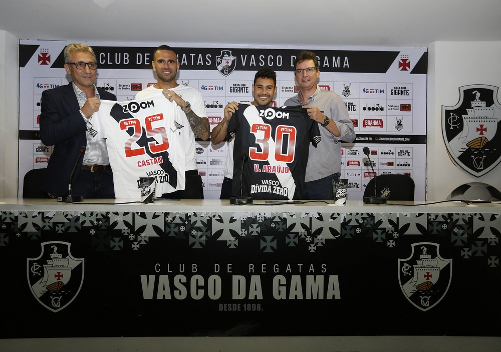 Vinícius Araújo foi apresentado ao lado do zagueiro Leandro Castán no Vasco
