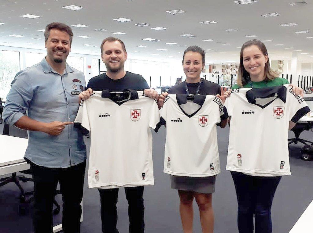 Flávio Moreno, Jordan Hang e funcionárias do Marketing da Havan com camisas personalizadas enviadas pela diretoria do Vasco nesta quarta (18/12)