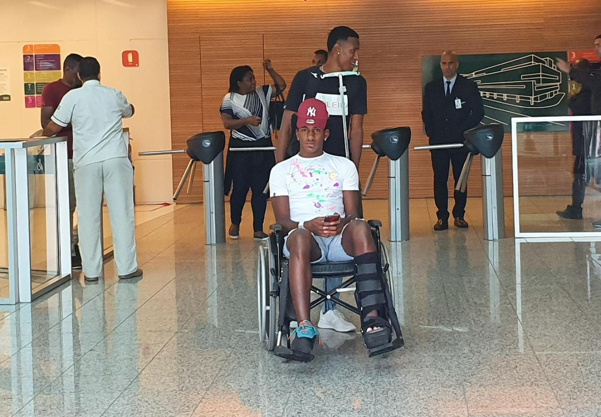 Talles Magno deixa hospital na Barra da Tijuca, Zona Oeste do Rio de Janeiro