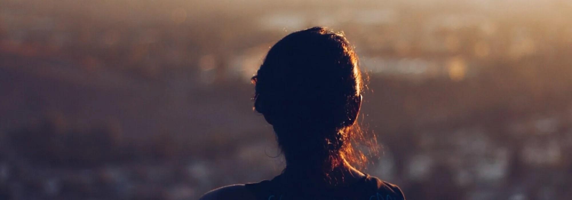 Frau blick in die Weite