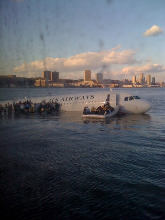 twitpic from ferry of USAIR flight 1549 in the Hudson River by jrkums