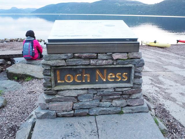 """Stele mit der Bezeichnung """"Loch Ness"""", der See im Hintergrund"""