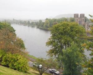 Ein mäßig breiter, flacher Fluß in einer gut begrünten Innenstadt