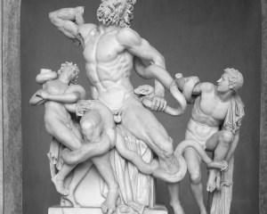 Die berühmte Laokoon-Gruppe: Laokoon und zwei seiner Söhne werden von Schlangen aus dem Meer angegriffen