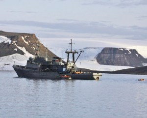 Marineschiff vor vereisten Hügeln
