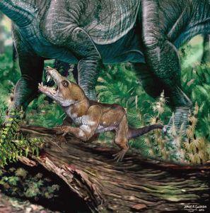 ein Pseudotherium auf einem Baumstumpf, im Hintergrund ein großes Reptil