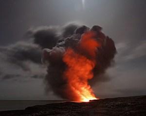 Ausbruch eines Vulkanes mit glühender Lava und dunklen Aschewolken