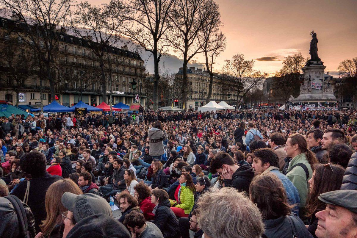 Nuit Debout zieht die Massen an und verwandelt die öffentlichen Plätze in ein politisches Forum.