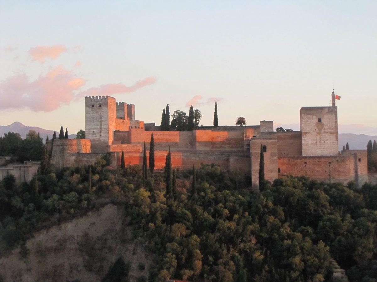 Granada beeindruckt durch die Natur und gewaltige Bauwerke wie die rote Burg Alhambra. Foto: Neue-Debatte.com Jairo Gomez