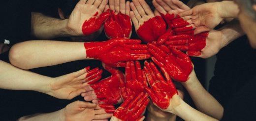 Der Kommunitarismus ist eine politische Philosophie, die die Bedeutung der Gemeinschaft für das soziale Individuum betont.