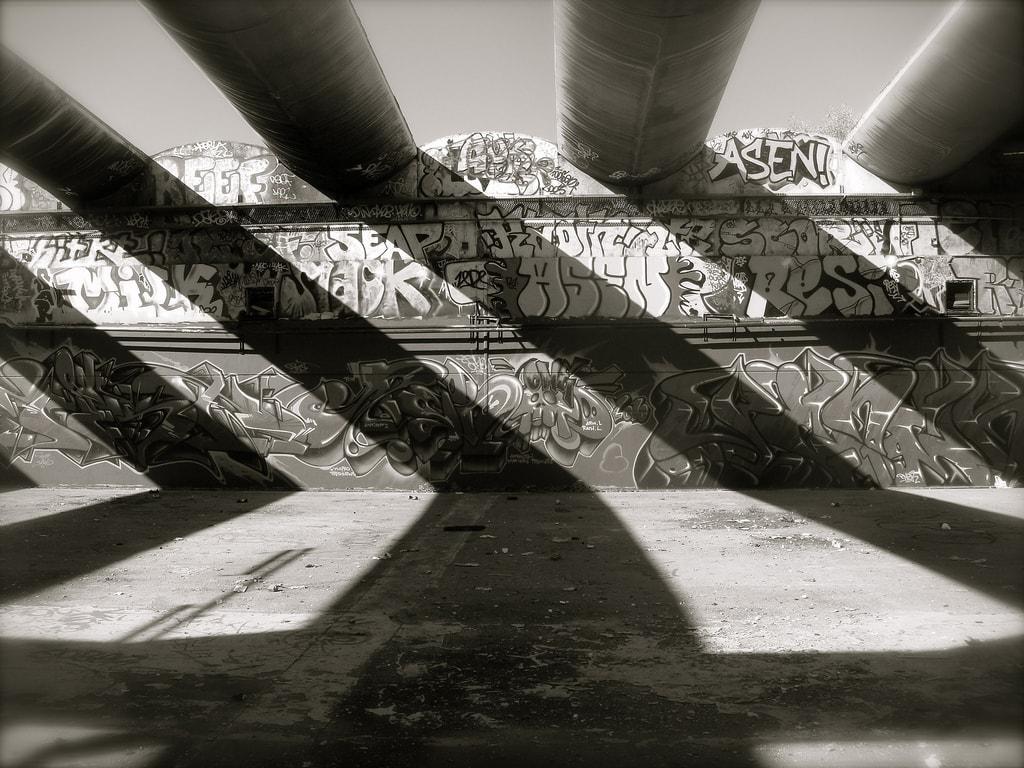 Graffiti in einem verlassenen Gebäude in den Vororten von Paris.