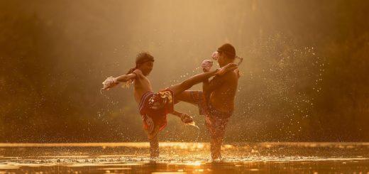 Jugendliche Thaiboxer beim Training.