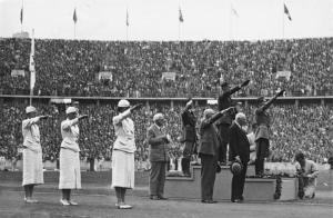 Siegerehrung bei den Olympischen Sommerspielen 1936 Berlin - Bundesarchiv, Bild 183-G00825 - Stempka - CC-BY-SA 3.0