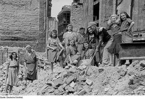 Trümmerfrauen in Leipzig, 1949, Deutsche Fotothek, CC BY-SA 3.0 de