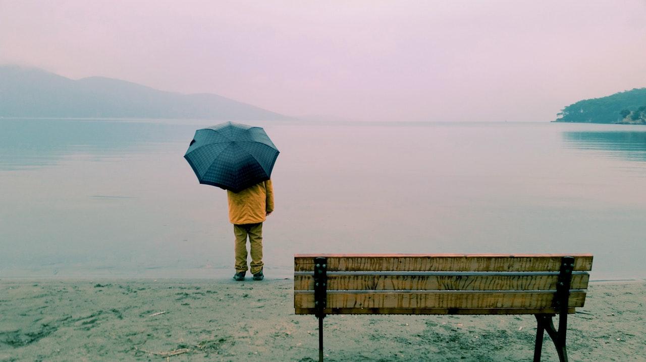 Der Mann mit Schirm steht symbolisch für Max Stirner und der Einzige und sein Eigentum.