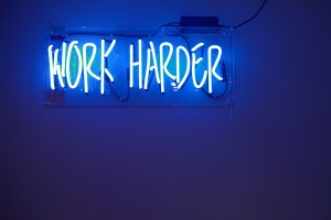 Work Harder. (Foto: Jordan Whitfield, Unsplash.com)