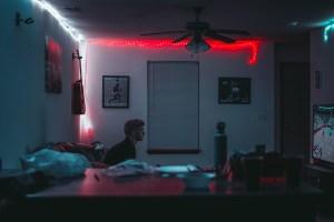 Ein Gamer im dunklen Zimmer. (Foto: Rhett Noonan, Unsplash.com)