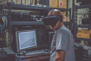 Ein Arbeiter mit einer Computerbrille. (Foto: Eddie Kopp, Unsplash.com)