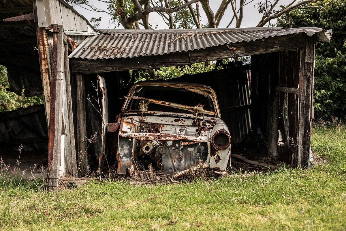 Autowrack in einem kaputten Unterstand. (Foto: Christopher Windus, Unsplash.com)