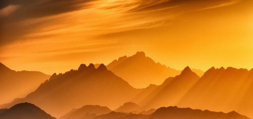 Sonnenuntergang in den Bergen. (Foto: Sergey Pesterev, Unsplash.com)