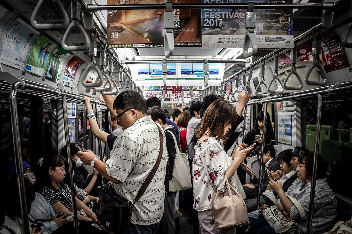 Anti-social in Japan. All people focused on their mobile devices. (Foto: Hugh Han, Unsplash.com)