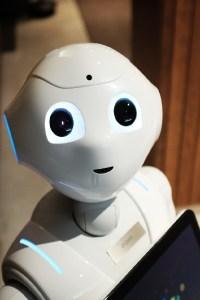 Roboter Pepper mit einem Notebook. (Foto: Alex Knight, Unsplash.com)