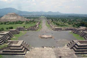 Die Stadt Teotihuacán. Blick auf die Allee der Toten und die Sonnenpyramide von der Mondpyramide aus. (Foto: Jackhynes, wikipedia; Gemeinfrei)