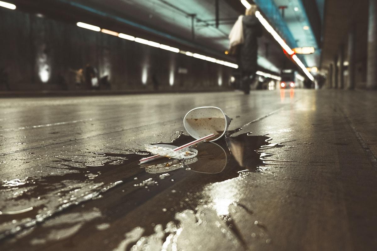 Trinkbecher mit Strohhalm zertreten auf dem Boden. (Foto: Marc Kleen, Unsplash.com)