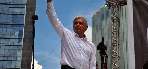Andrés Manuel López Obrador saludando. Marcha 22 de septiembre de 2013 (Image By ProtoplasmaKid; Own work, CC BY-SA 3.0)