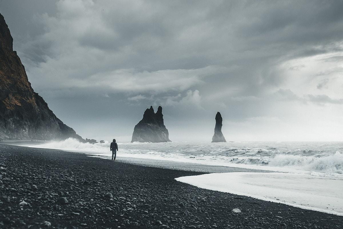 Schwarze Felsen auf Island. (Foto: Kimon Maritz, Unsplash.com)
