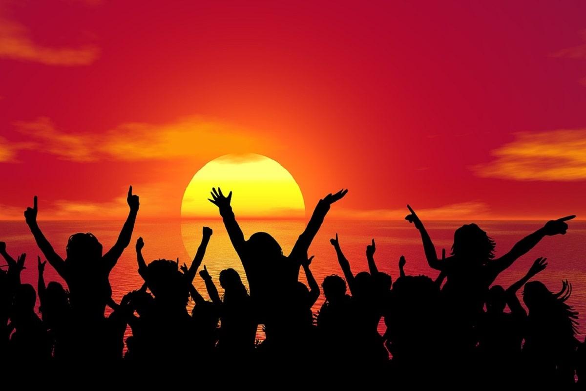 Jubelnde Menschen. (Illustration: TheDigitalArtist, Pixabay.com, Creative Commons CC0)