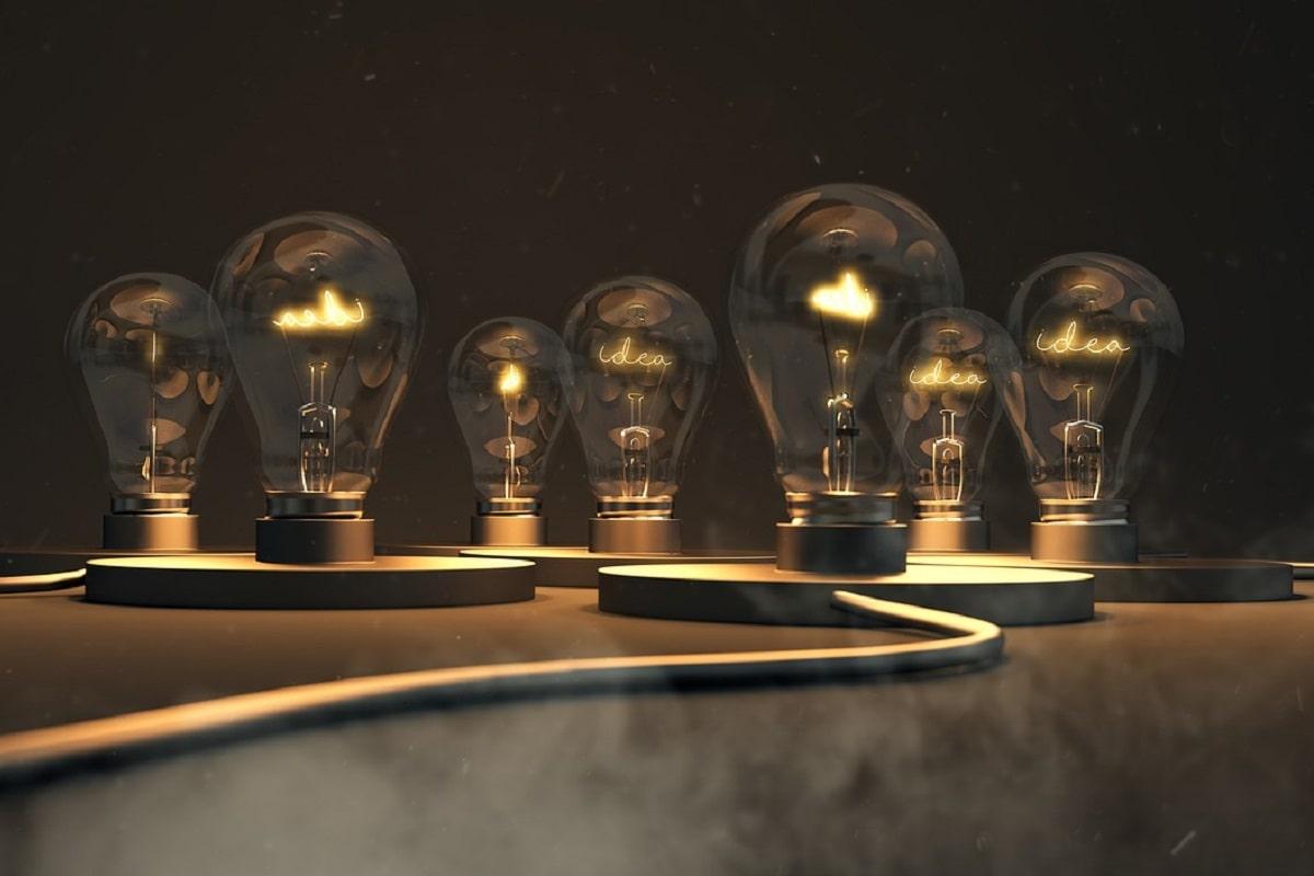 Sieben Glühbirnen brennen für eine Idee. (Illustration: QuinceMedia, Pixabay.com, Creative Commons CC0)